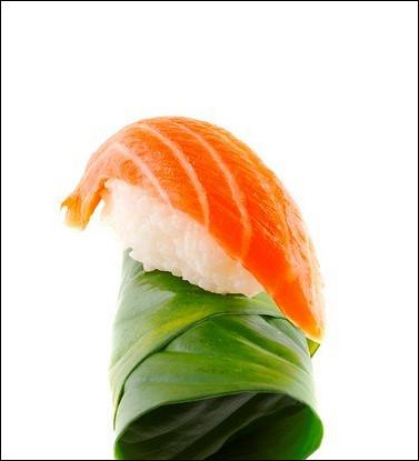 Суши из лосося в листьях свеклы