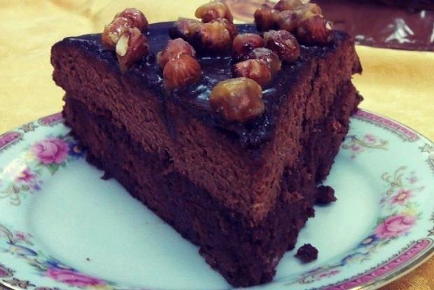 Бисквитный шоколадный торт с карамелизованным фундуком