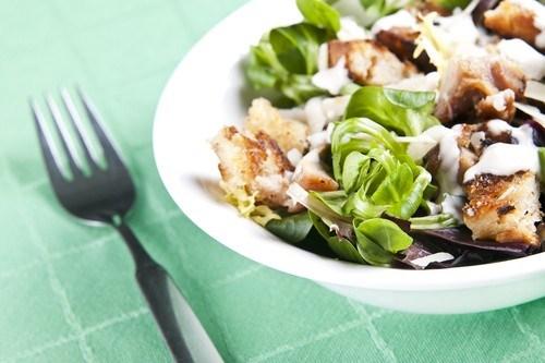 Салат из телятины с рапунцелем, кунжутом и чесночными сухариками