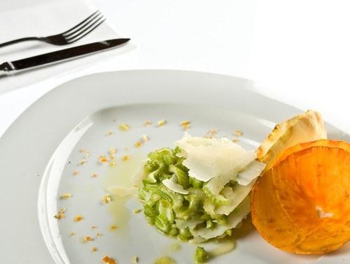 Салат из сельдерея с грецкими орехами и горчичным соусом
