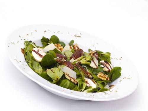 Салат из шпината с грибами, сыром «Пармезан» и кедровыми орешками