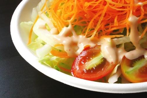 Салат из белой рыбы с луком-пореем и морковным соусом