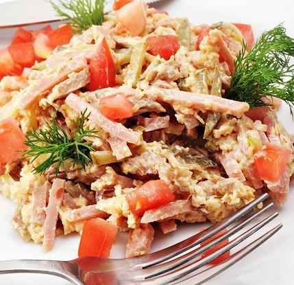 Салат из бекона с сыром, грецкими орехами и каперсами