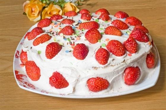 Торт с клубникой и пассифлорой