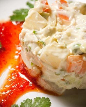 Салат из курицы с авокадо со сладким соусом