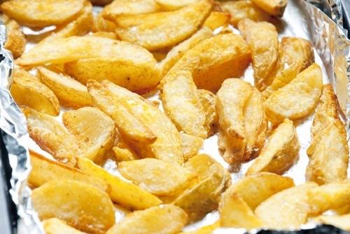 Запеченые на гриле дольки картофеля с луком