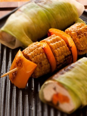 Шашлыки из разноцветных перцев и кукурузы на гриле в ароматном масле с кумином