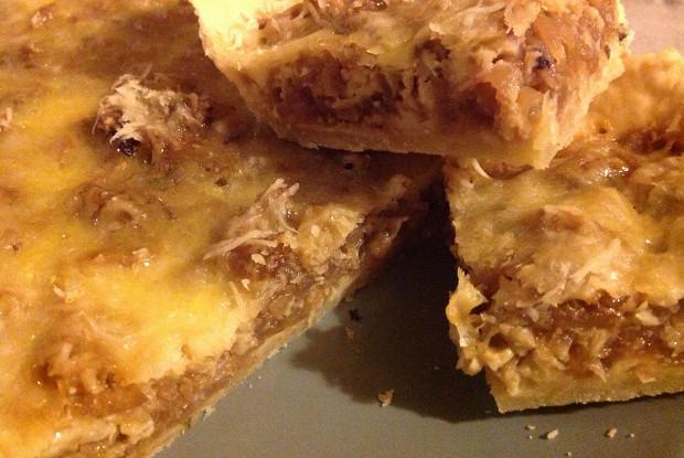 Пирог из карамелизованного лука с сыром