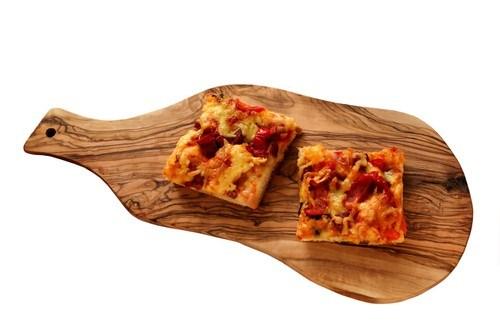 Пицца с салями, тремя сортами сыра и прованскими травами