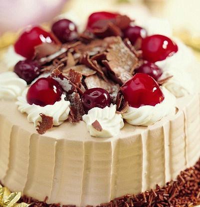 Шоколадный торт со сливками и черешней