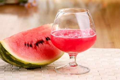 Клюквенно-арбузный пунш с водкой и ликером «Куантро»