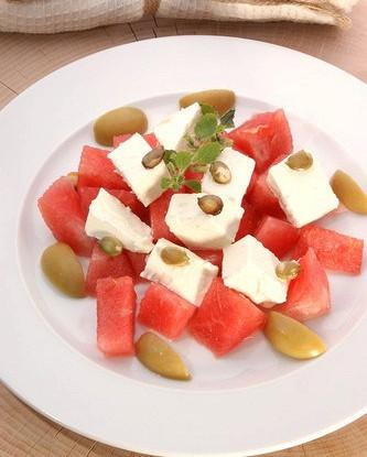 Арбузный салат с фетой и мятой