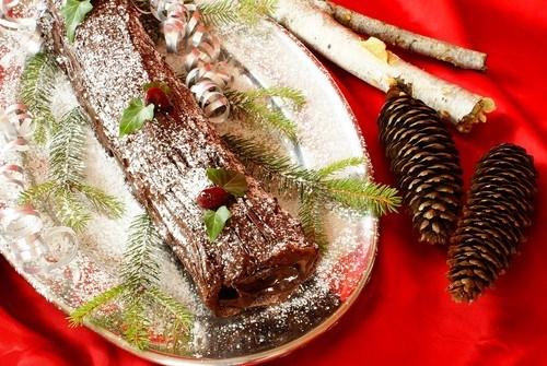 Шоколадное полено с кремом из каштанов и ягодами