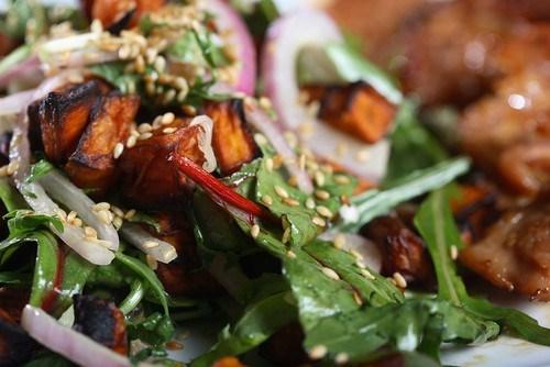 Салат из курицы терияки со шпинатом и дайконом