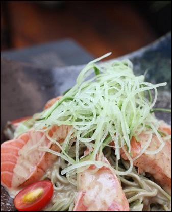 Теплый салат из гречневой лапши с помидорами и лососем