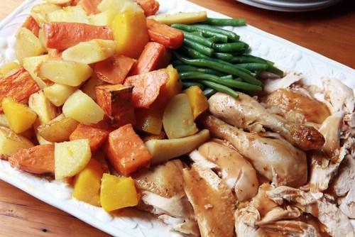 Гарнир из поджаренных в духовке картофеля, пастернака и моркови