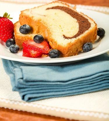 Мраморный пирог с ягодным соусом