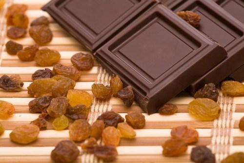 Изюм в темном и молочном шоколаде