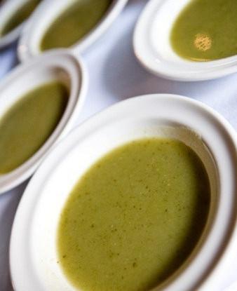 Зеленый крем-суп из водяного кресса с оливковым маслом