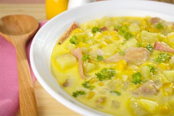 Сливочный суп со сладкой кукурузой, беконом и петрушкой