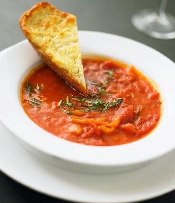 Охлажденный томатный суп с печеными красными перцами и сливками