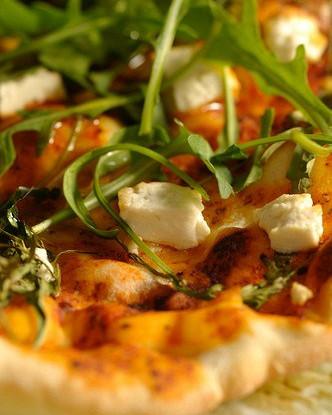 Пицца из лаваша с зеленью, горгонзолой и жареным миндалем
