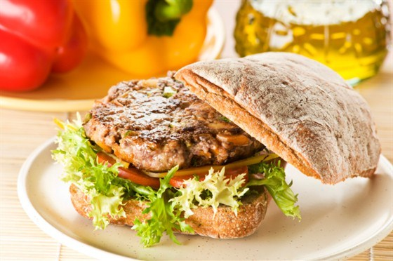 Сэндвич с жареной говядиной, сыром и соусом с хреном