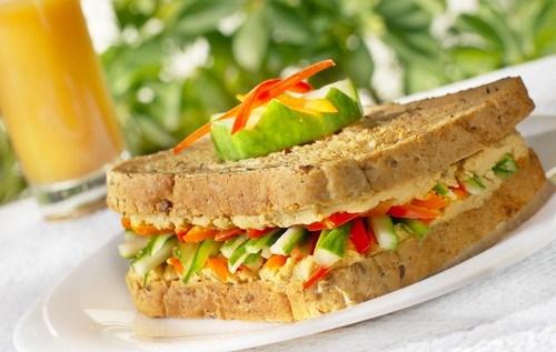 Сэндвич со свежими овощами и сыром