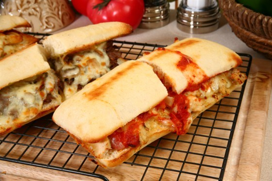 Сэндвичи на гриле с говядиной, ветчиной и сыром