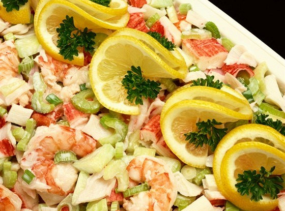 Крабовый салат с креветками и сельдереем