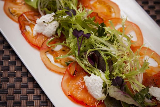 Карпаччо из томатов с мятным миксом и рикотта
