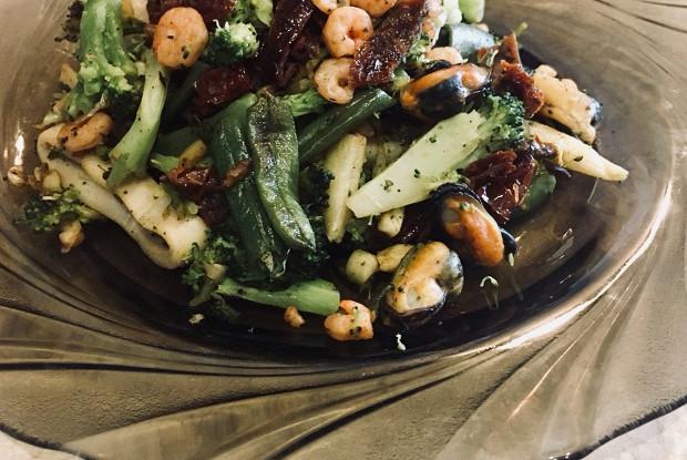 Морской коктейль с овощами
