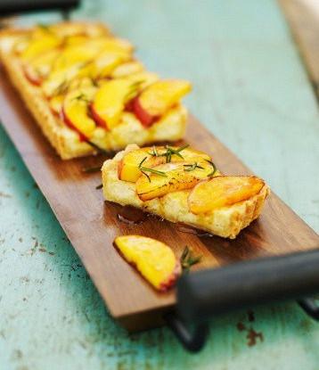 Пирог с козьим сыром, нектаринами и розмарином