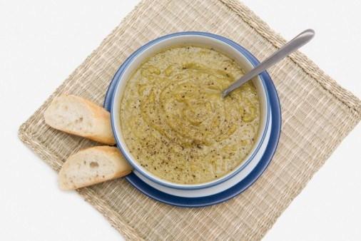 Холодный крем-суп с зеленым горошком и цукини по-средиземноморски