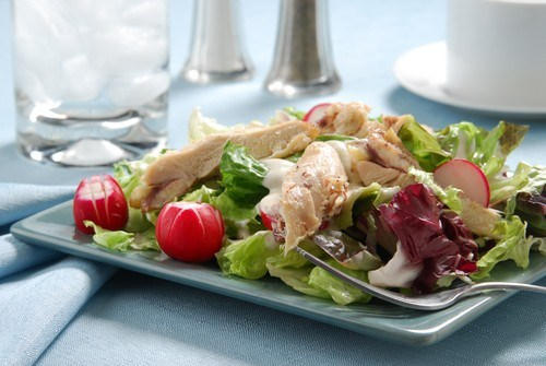 Закуска из курицы в листьях салата