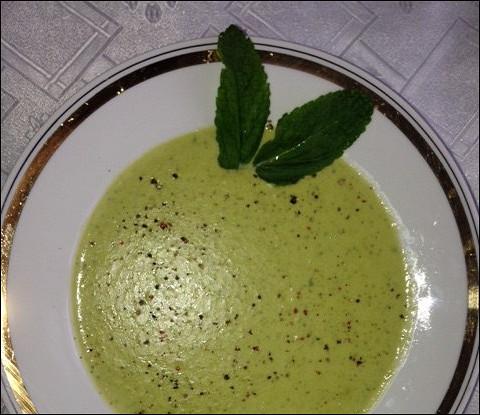 Теплый мятный крем-суп из кукурузы и горошка
