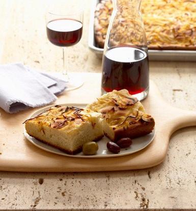 Луковая фокачча с оливками и красным вином