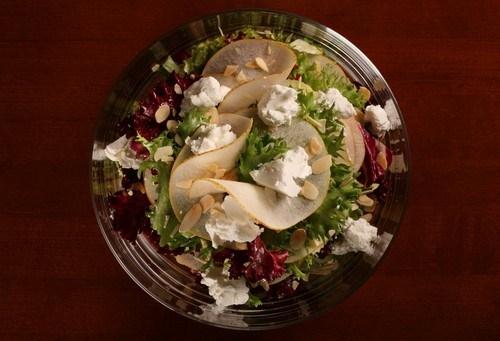 Салат с радиккьо, грушами, рикоттой и грецкими орехами