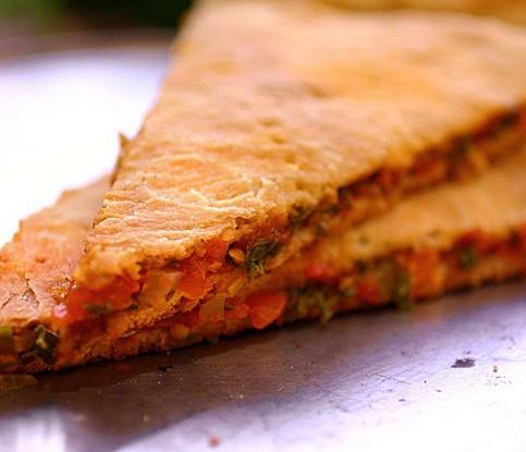 Пирог с томатами, луком и кинзой