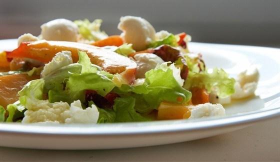 Салат с прошутто, персиками, рикоттой и латуком