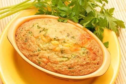 Картофельная запеканка с курицей, грибами и зеленым горошком