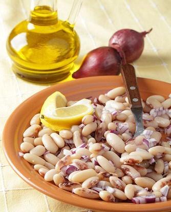 Итальянский салат из белой фасоли и красного лука