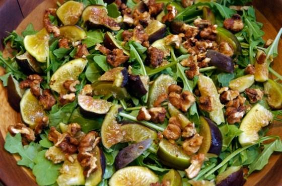 Салат с инжиром, прошутто и козьим сыром