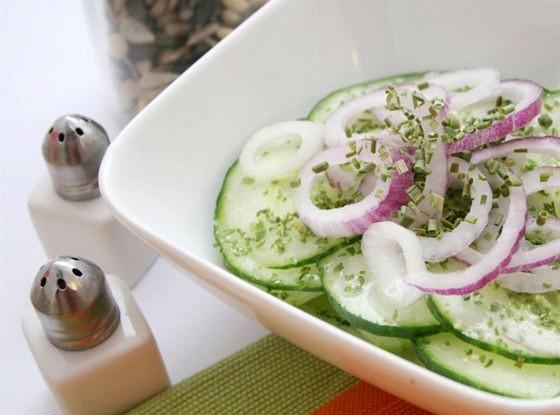 Огуречный салат с красным луком, укропом и сметаной по-гречески