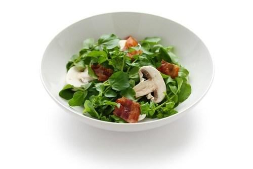 Грибной салат с прошутто и трюфельным маслом