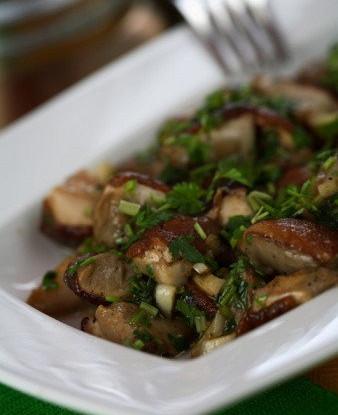 Салат из свежих грибов и петрушки