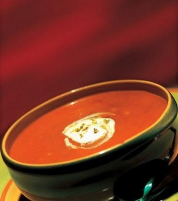 Томатный суп-пюре со сметаной и песто