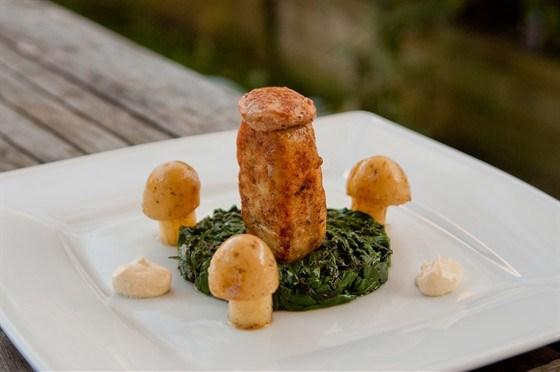 Пожарские котлеты с фуа-гра, сметанным соусом и грибами из картофеля