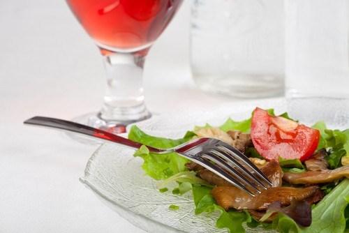 Легкий грибной салат с зеленью и черри
