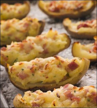 Печеные половинки картофеля с начинкой из сыра, ветчины и зеленого лука